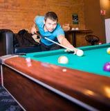 Rosja, Krasnodar 19 2018 Listopad mężczyzna bawić się Billiards w centrum handlowym obraz royalty free