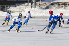 ROSJA, KRASNOGORSK - MARZEC 03, 2015: faz końcowych children liga hokejowa bandy, Rosja Obrazy Stock