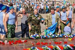 Rosja, miasto Magnitogorsk, Chelyabinsk region - Sierpień 2, 2015 Wakacji oddziały wojskowi Kwiaty przy pamiątkowym kompleksem w  obrazy royalty free