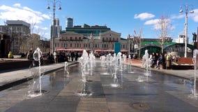 Rosja, Moskwa -, 12 2018 Czerwiec: Colour dancingową uliczną fontannę przy ulicą miasto Wodny taniec i zmiany ja ` s zdjęcia royalty free
