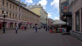 ROSJA, MOSKWA, CZERWIEC 8, 2017: Ludzie chodzą wzdłuż Starej Arbat ulicy zdjęcie wideo