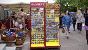 ROSJA, MOSKWA, CZERWIEC 8, 2017: Ludzie chodzą wzdłuż Starej Arbat ulicy zbiory