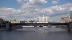 ROSJA, MOSKWA, CZERWIEC 8, 2017: Widok Pont Novoarbatski i Biały dom na letnim dniu zbiory