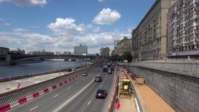 ROSJA, MOSKWA, CZERWIEC 8, 2017: Widok Smolenskaya bulwar od Borodinsky mosta zbiory