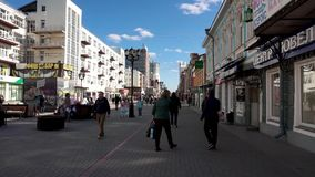 Rosja, Moskwa -, 12 2018 Lipiec: Tłum anonimowi ludzie chodzi na ruchliwie miasto ulicie Tłum ludzie na ulicie Nie zbiory