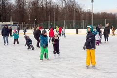 Rosja, Moskwa, ludzie jest jazda na łyżwach na lodowym lodowisku Fotografia Royalty Free