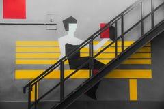 Rosja, Moskwa, Marzec 2019 Flacon projekta fabryka Uliczna sztuka - graffiti na ścianie Dama i płochy książka siedzimy drabina fotografia stock