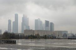 Rosja, Moskwa, miasto widoki na chmurnym deszczowym dniu Fotografia Stock