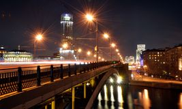 Rosja Moskwa, most, hotelowy poveletskoy muzyczny dom rzeka, nocy miasto, Obrazy Royalty Free