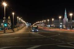 02/06/2018 Rosja, Moskwa Nocy iluminacja na Moskwa ` s ulicach Widok Sofiyskaya bulwar i Bolshoy Moskvoretsky Przerzucamy most a Obraz Royalty Free