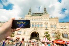 Rosja, Moskwa, plac czerwony - Sierpień 25: 2016 Smartphone z Pokemon Iść zastosowanie Androidu użytkownika sztuki, zwiększam Obraz Royalty Free