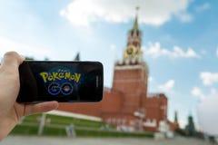 Rosja, Moskwa, plac czerwony - Sierpień 25: 2016 Smartphone z Pokemon Iść zastosowanie Androidu użytkownika sztuki, zwiększam Zdjęcie Royalty Free