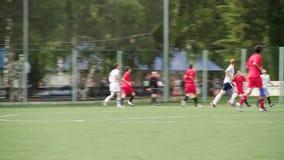 Rosja, Moskwa -, 25 2018 Sierpień: Działający piłka nożna gracze futbolu Futboliści Kopie Futbolową Zapałczaną grę Młoda piłka no zdjęcie wideo
