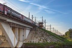 Rosja, Moskwa Sierpień 2018: pociąg pasażerski jest podróżny wzdłuż kolejowego mostu zdjęcia stock