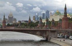 Rosja, Moskwa, widok na Kremlowskim pałac dalej przeciw chmurnemu niebu Obrazy Stock