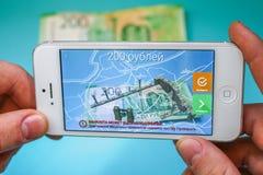 Rosja, Nevinnomyssk Lipiec 7, 2018 Projekcja nowi 200 Rosyjskich rubli w telefonu zastosowaniu autentyczność zwiększający r obrazy stock