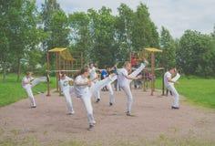 Rosja Nikolskoe Lipiec 2016 rywalizacja przy crossfit postępuje capoeira fotografia royalty free