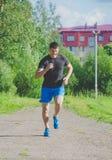 Rosja Nikolskoe Lipiec 2016 rywalizacja przy crossfit sportowym mężczyzna biega koniec pierwszy jeden obraz stock