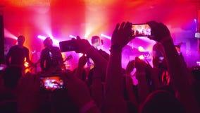 Rosja, Novosibirsk, 14 2016 Lipiec Fan wręczają magnetofonowego wideo i brać przy muzyka koncertem obrazki z mądrze telefonami zbiory