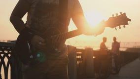 Rosja, Novosibirsk, 27 Lipiec, 2017 Zamyka up młody caucasian mężczyzna stoi outdoors w deptaku i bawić się gitarę przy Obrazy Royalty Free