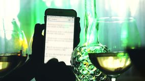 Rosja, Novosibirsk, 21 2015 Listopad Ręki żeńscy uses smartphone i szkła biały wino zbiory