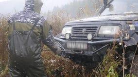 11 10 16, Rosja, Novosibirsk, Salair Rubilovo Mężczyzna ciągną dużego dżipa od trawy i brudu, HD zbiory wideo