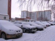 Rosja, Novosibirsk, Stycze? 5, 2015: liczba parkuj?cy samochody zakrywaj?cy z warstw? ?nieg w zimie na ulicznych tankowach obraz royalty free