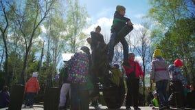 Rosja, Novosibirsk, 9th 2017 Maj: dzieci w militarnym wyposażenie parku zbiory