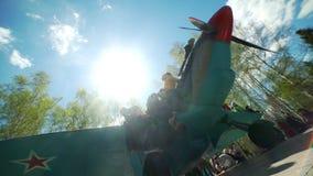 Rosja, Novosibirsk, 9th 2017 Maj: dzieci w parkowym militarnym wyposażeniu zdjęcie wideo