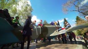 Rosja, Novosibirsk, 9th 2017 Maj: Samolot wojskowy i dzieciaki zbiory wideo