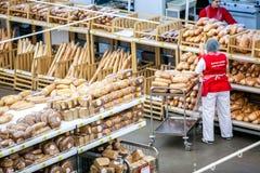 Rosja Omsk, Styczeń, - 22, 2015: Supermarketa duży sklep Zdjęcie Royalty Free