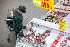 Rosja Omsk, Styczeń, - 22, 2015: Supermarketa duży sklep Zdjęcia Stock