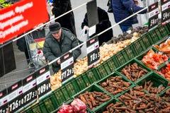 Rosja Omsk, Styczeń, - 22, 2015: Supermarketa duży sklep Obrazy Stock