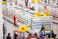 Rosja Omsk, Styczeń, - 22, 2015: Supermarketa duży sklep Obraz Stock
