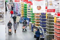 Rosja Omsk, Styczeń, - 22, 2015: Supermarketa duży sklep Zdjęcia Royalty Free