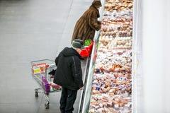 Rosja Omsk, Styczeń, - 22, 2015: Supermarketa duży sklep Fotografia Stock