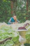 Rosja, Pavlovsk park, Lipiec 22, 2017 dziewczyna projektant przygotowywa Obraz Stock
