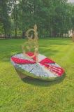 Rosja, Pavlovsk park, Lipiec 22, 2017 słoneczny zegarek od flowerbeds Fotografia Stock