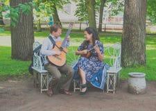 Rosja, Pavlovsk park, Lipiec 22, 2017 ulica muzycy bawić się st Zdjęcia Stock