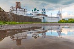 Rosja, Pereslavl-Zalessky, 17, Czerwiec, 2017: Nikitsky monaster w odbiciu kałuża fotografia royalty free
