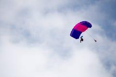 Rosja, Perm, Czerwiec 2014 Militarni spadochroniarzi przy festiwali/lów skrzydłami Parma - 2014 w Perm przy lotniskiem Sokol fotografia stock