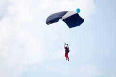 Rosja, Perm, Czerwiec 2014 Militarni spadochroniarzi przy festiwali/lów skrzydłami Parma - 2014 w Perm przy lotniskiem Sokol Zdjęcie Stock