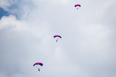 Rosja, Perm, Czerwiec 2014 Militarni spadochroniarzi przy festiwali/lów skrzydłami Parma - 2014 w Perm przy lotniskiem Sokol Zdjęcie Royalty Free