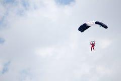Rosja, Perm, Czerwiec 2014 Militarni spadochroniarzi przy festiwali/lów skrzydłami Parma - 2014 w Perm przy lotniskiem Sokol Obrazy Stock