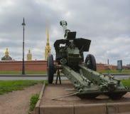Rosja Petersburg Lipiec 2016 pistolet obracający w kierunku Peter i Paul fortecy Obrazy Royalty Free