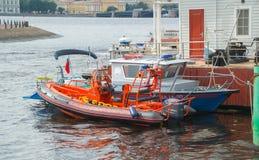 Rosja Petersburg Lipiec 2016 ratownicza i milicyjna łódź blisko mola Zdjęcia Royalty Free