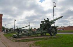 Rosja Petersburg Lipiec 2016 trzy działa na zewnątrz artyleryjskiego muzeum Zdjęcie Royalty Free