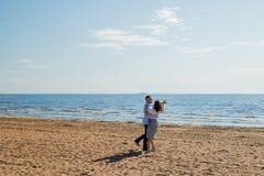 Rosja, Petersburg, 20 2019 mai Pełny długość strzał cieszy się dzień przy plażą romantyczna para szcz??liwa rodzina obraz stock