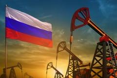Rosja przemysłu paliwowego pojęcie Przemysłowa ilustracja - Rosja szyby naftowi, flaga i błękitnemu i żółtemu przeciw zmierzchu n ilustracji