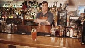 Rosja Rosa Khutor, Luty -, 2018: barman demonstruje koktajl w szkle zbiory wideo